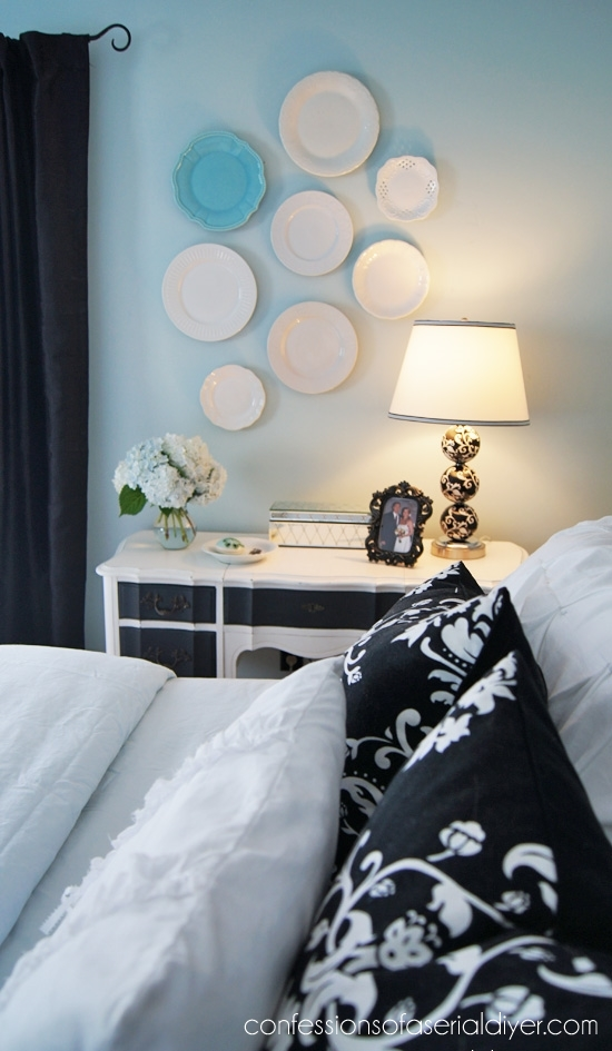 Plate wall in the bedroom.