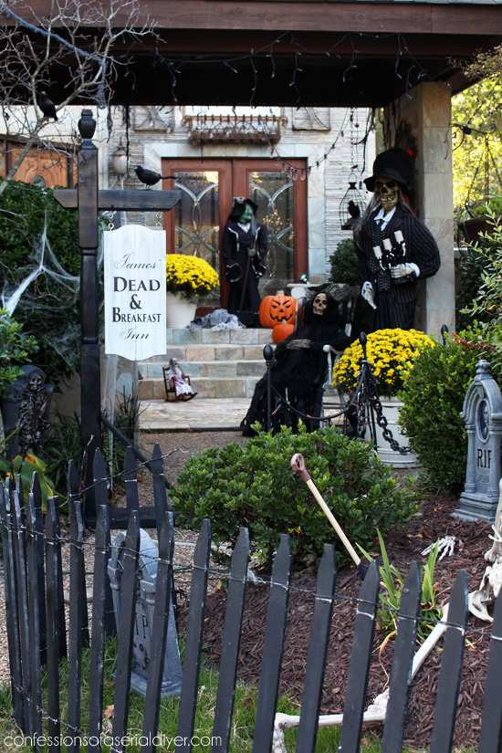 Outdoor Halloween Decor at confessionsofaserialdiyer.com