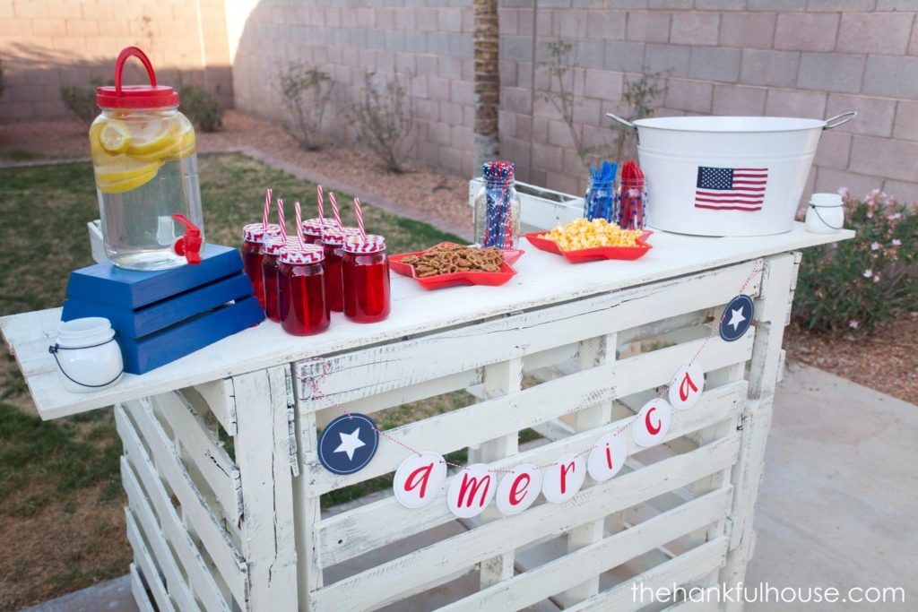 DIY Pallet Bar from The Hankful House