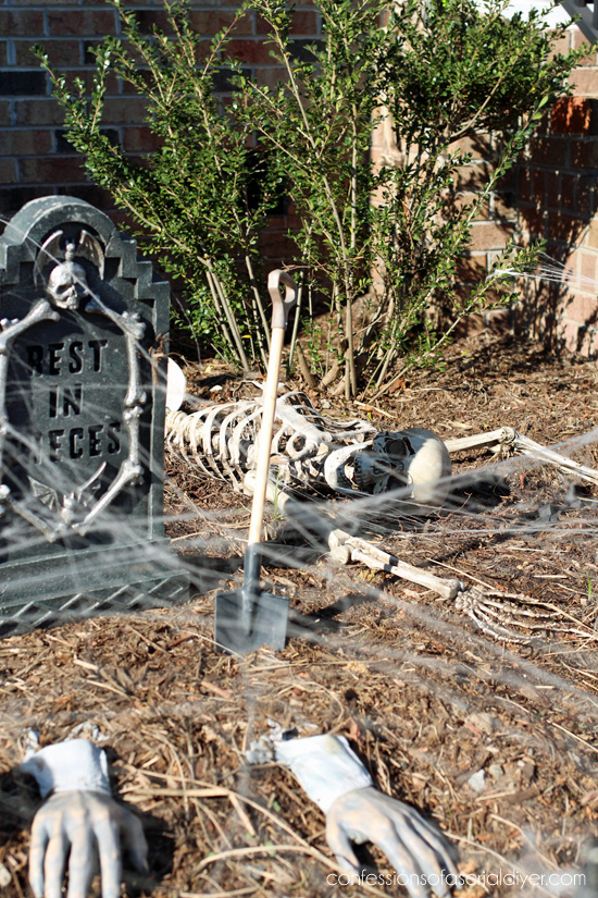 Outdoor Halloween Display 2017 confessionsofaserialdiyer.com